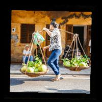 Vietnamienne portant des légumes