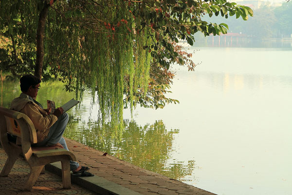 Vietnamien au bord d'un lac