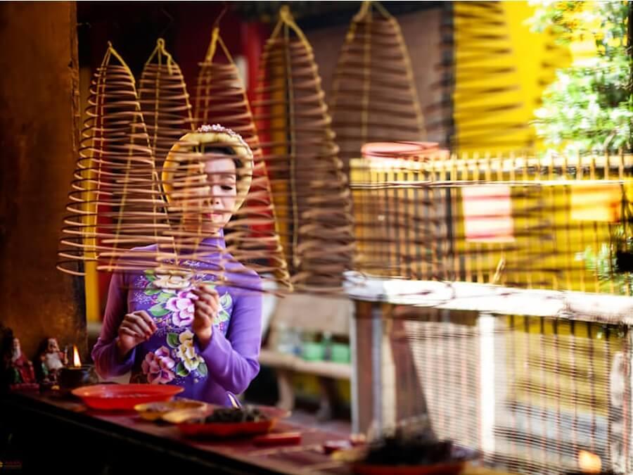 femme faisant bruler de l'encens.