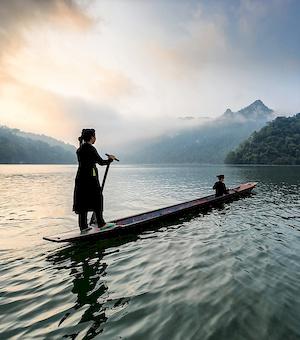 Femme vietnamienne sur une pirogue.