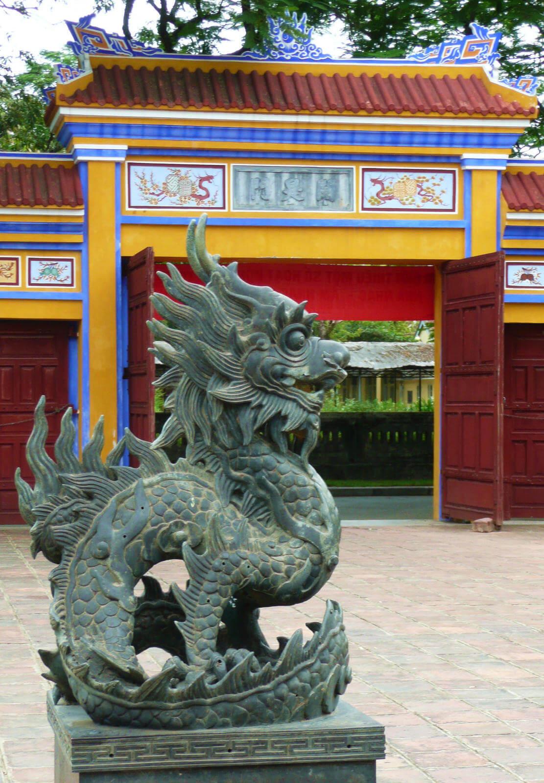 statue de dragon cité impériale de hué.