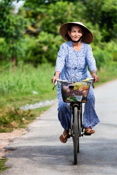 vieille femme vélo.