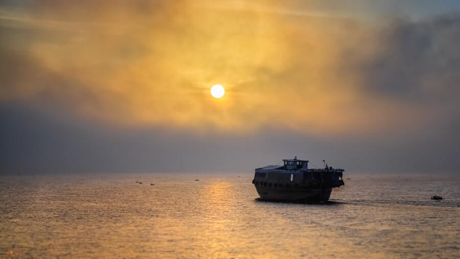 bateau coucher de soleil.