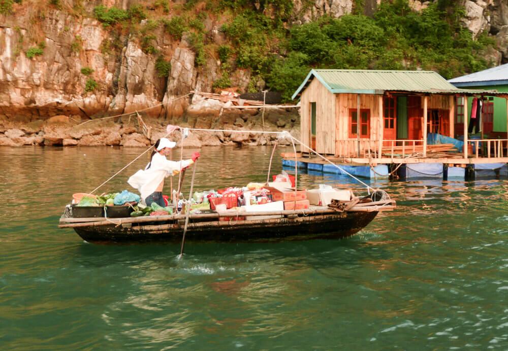 vendeur barque traditionnelle et maison flottante.