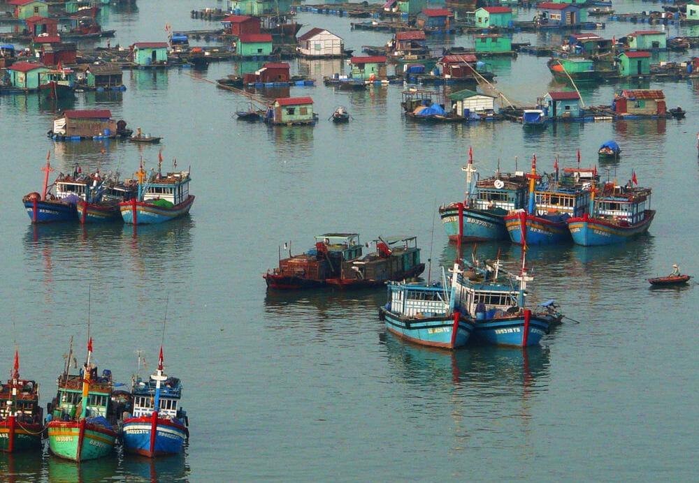 village flottant et bateaux de pêche.