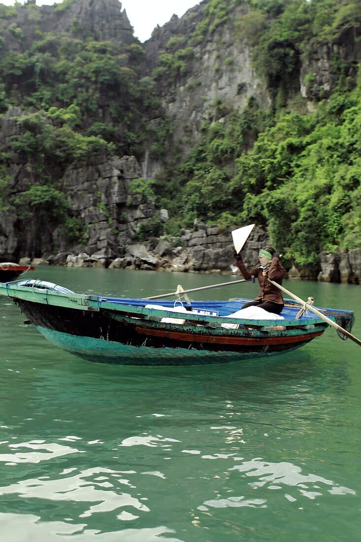 femme barque traditionnelle à rame.