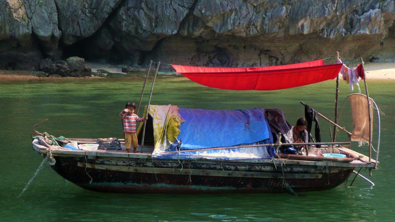 enfant et femme sur bateau maison.