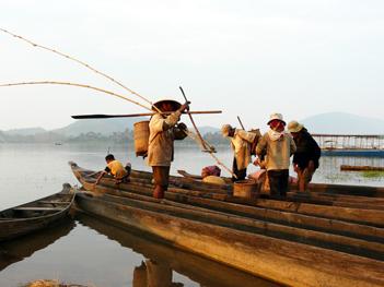 pêcheurs sur barque traditionnelle.