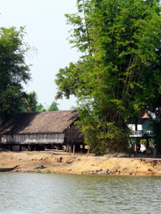 maison bord rivière.