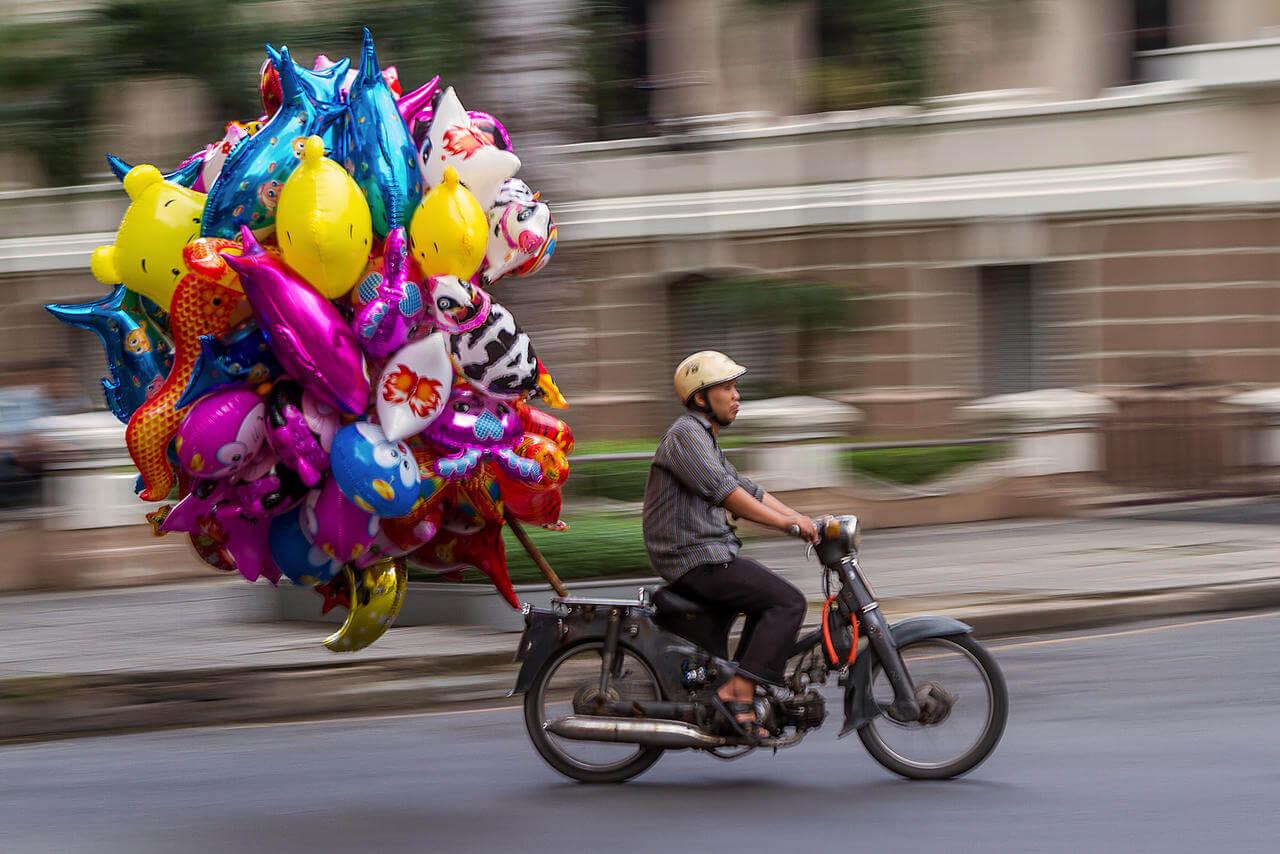 vendeur de ballons à moto.