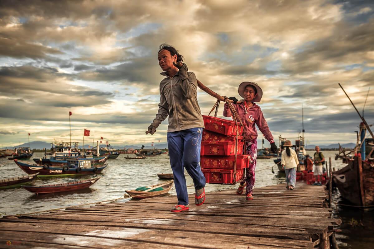 femme portant des poissons.