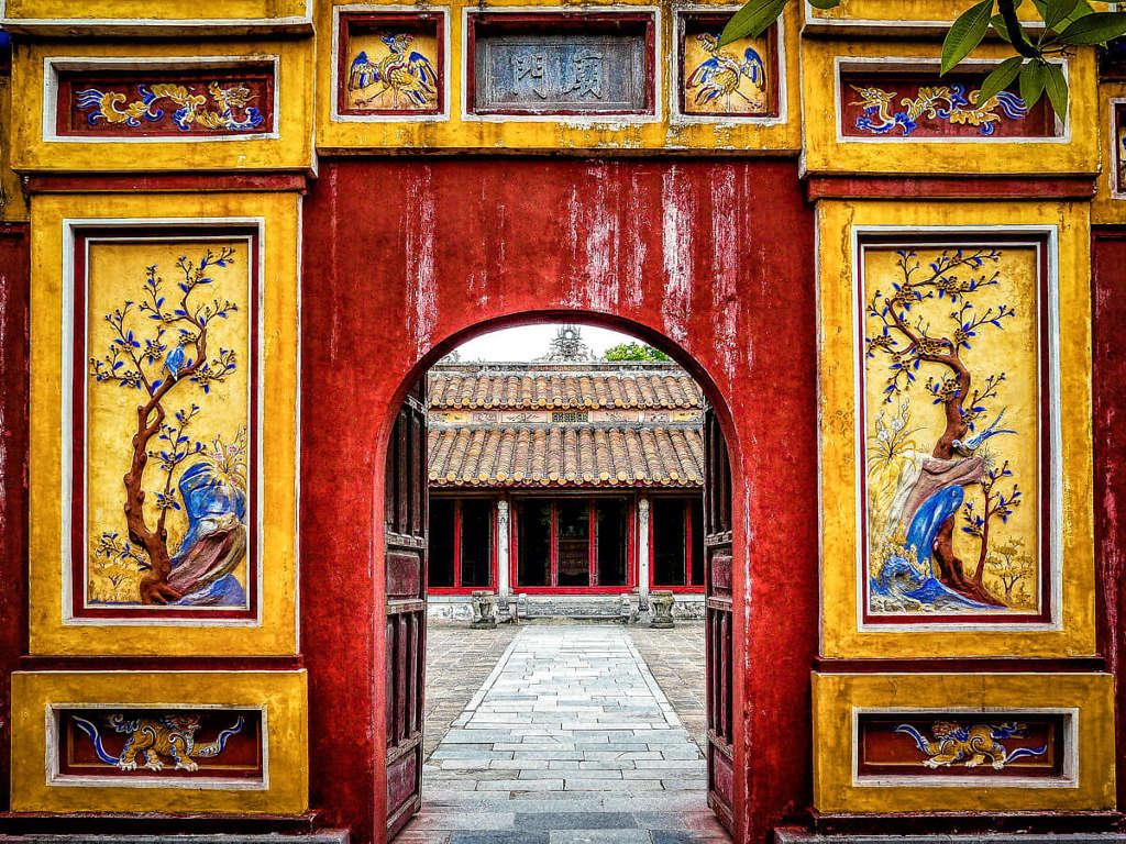 Porte décorée dans la ville de Hué.