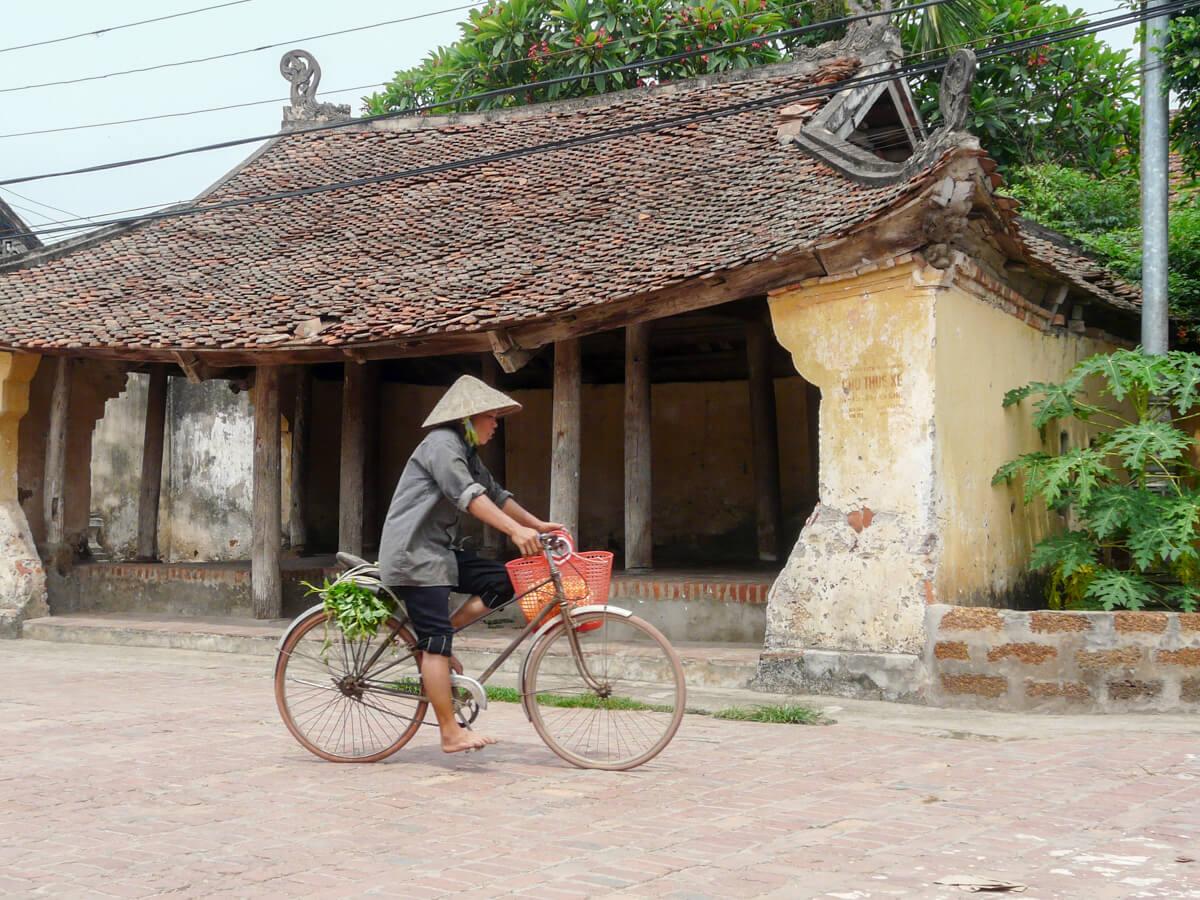 Femme vietnamienne sur son vélo.