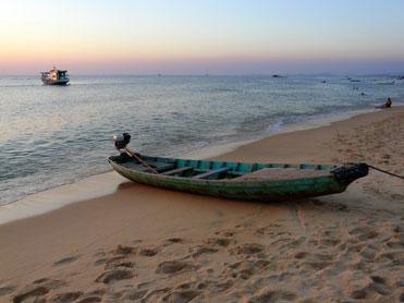bateau sur plage.