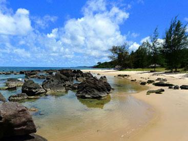 plage sable et rocher.