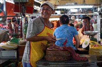 boucher sur un marché au Vietnam.