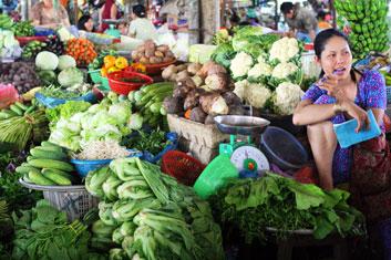 vendeuse de légumes sur un marché au Vietnam.