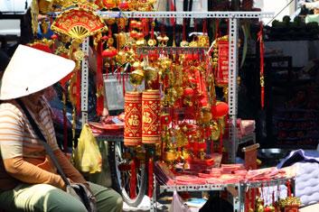 vendeuse de décorations sur un marché au Vietnam.