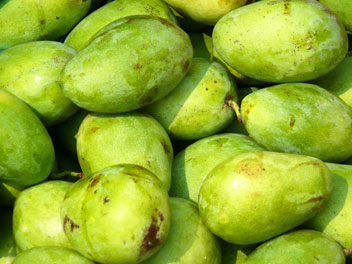 mangues vertes sur un marché au Vietnam.