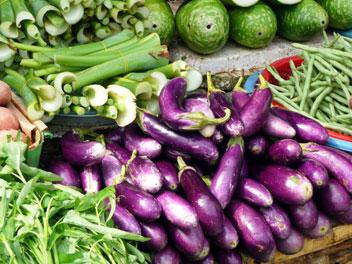 Aubergines sur un marché au Vietnam.