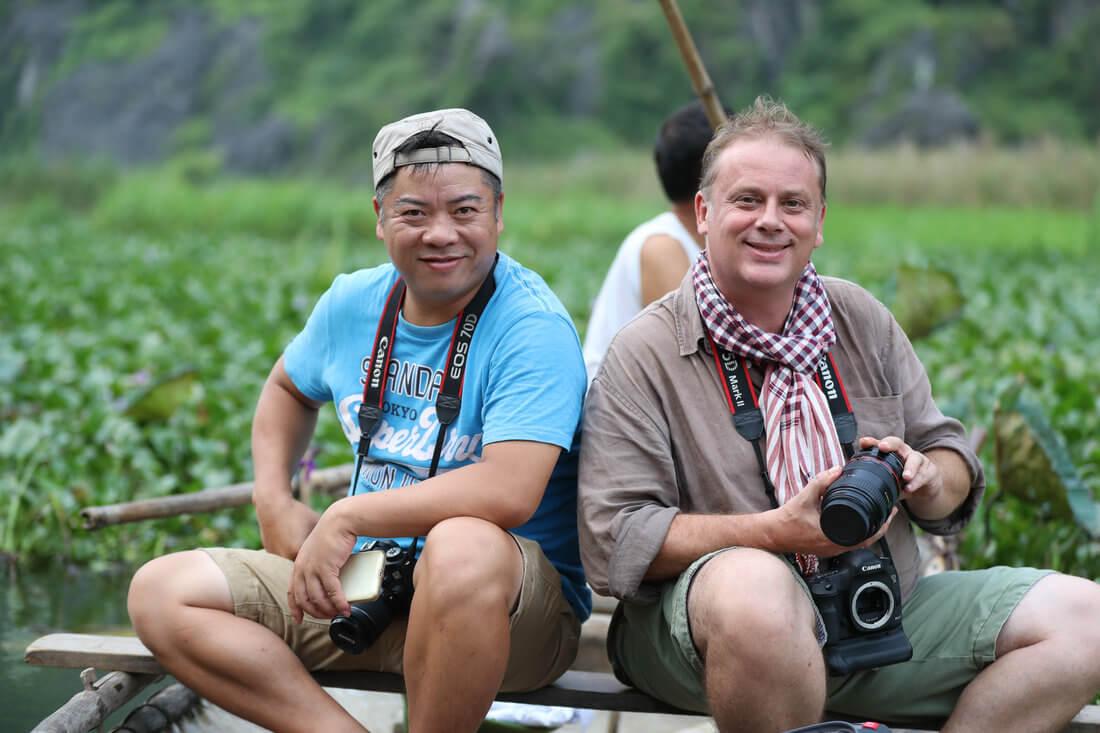 Sylvain et Dung 2 photographes dans une barque.