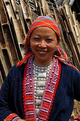 femme en tenue traditionnelle.