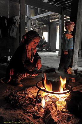 femme cuisinant au feu de bois.