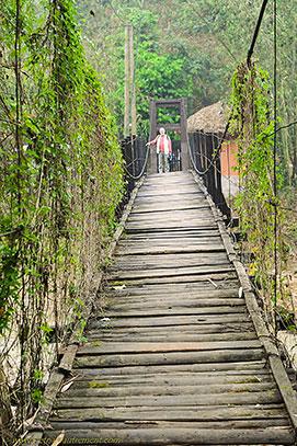pont suspendu en bois.